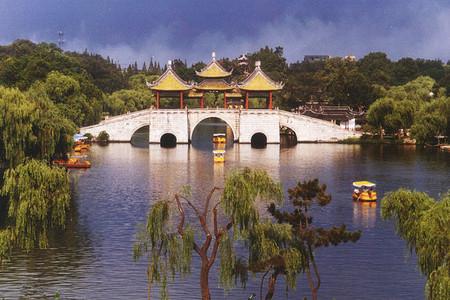 <扬州-瘦西湖-大明寺-汉陵苑-东关街1日游>网红餐厅,花园茶楼,古装美女导游,晚出发