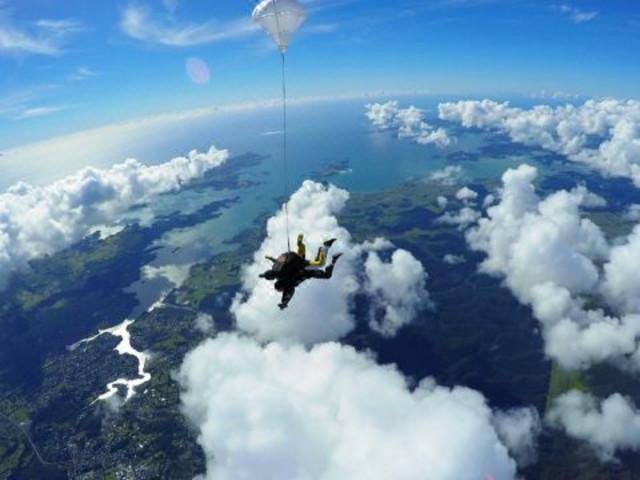 <派希亚岛屿湾高空跳伞>
