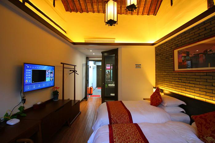 室内家具陈设清一色的明清风格,古玩字画,玉石梁柱.
