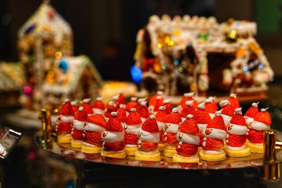 草莓,糖果,蛋糕底座,以及红白两种糕点,都可以构成神情可爱的雪娃娃