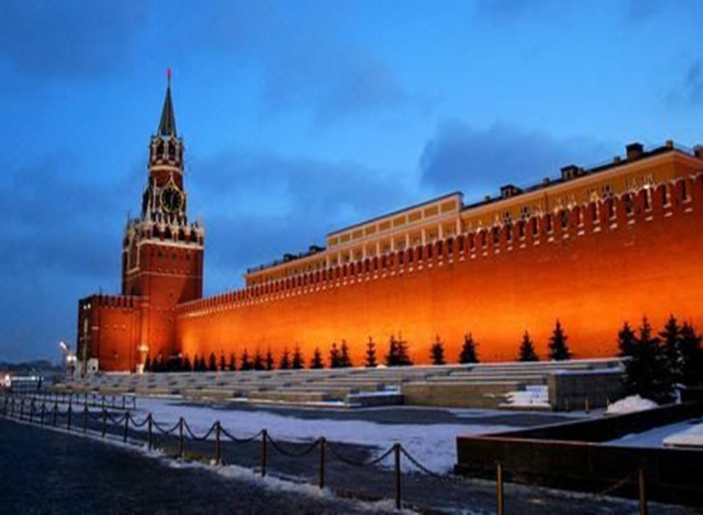 庄园位于莫斯科河的右岸,占地面积达390公顷,能将俄罗斯河那如诗如画的景致尽收眼底。历史文化十四世纪,卡洛明斯科娅庄园开始成为俄国沙皇的避暑山庄。1532年,为庆祝可能成为未来沙皇的王子的诞生,修建了这座教堂庄园。同年修建的耶稣升天大教堂是这座教堂庄园里的最古老的建筑,是石制塔形、锥顶建筑。卡洛明斯科娅庄园的黄金时代是在17世纪中叶,这里修建起美丽绝伦的建筑物木結构宮殿,该宮殿拥有270个房间,3000扇窗戶,是沙皇的郊外避暑官邸,被喻为世界第八大奇迹。这也是这座庄园被称为天下第八奇观的由来