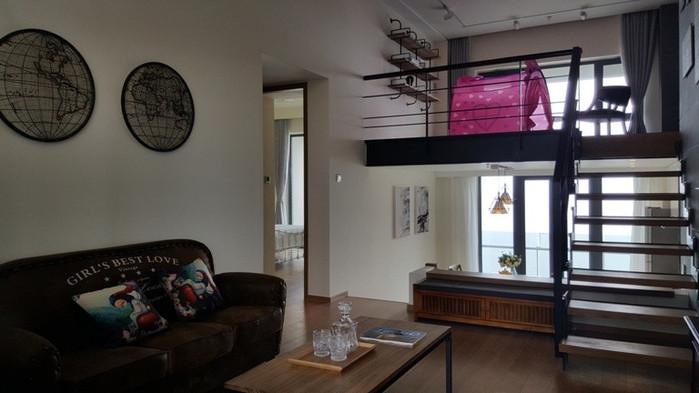 南戴河阿那亚海景公寓是唯一一个具有私属沙滩的海景公寓,88平Loft两居,中高层绝佳海景,看日出、观海景体验不同的看海效果。 阿那亚二期观海公寓不同于以往的装修风格和设计理念,二期海景房建筑师采用错层结构,制造了更多的空间,建造成现在深受年轻人欢迎的loft户型,包含工业风装修风格,地中海装修风格,以及美式装修风格,观海公寓内设有免费wifi、洗衣机、电视、晾衣架、拖鞋等家电物品齐全。