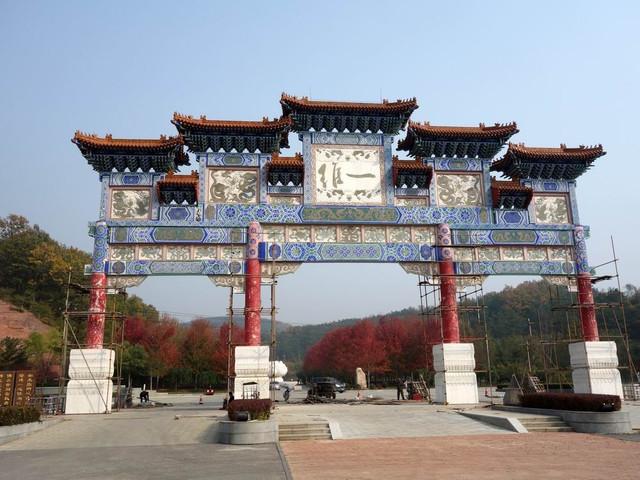 横山寺主题文化公园的入口,是巍峨的牌坊,山门高15.