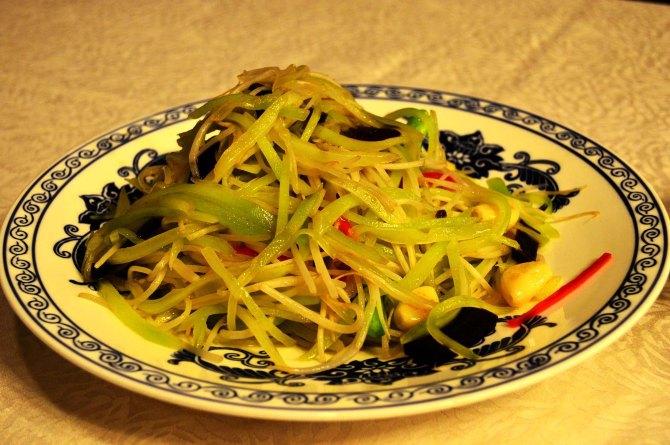 这是什么大头菜,其实就是莴笋丝炒木耳和豆芽菜.