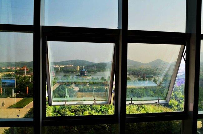 打开房间的窗户就能看到外面的景色.