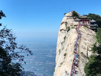 华山景区分为五个峰,游客根据个人体力和导游提示选择线路.