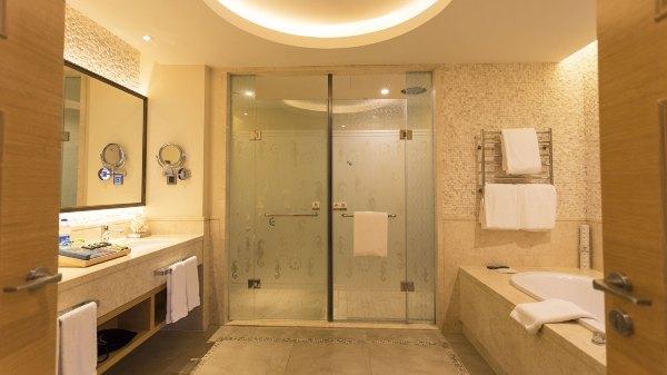 布局合理的卫生间,左边是梳妆台,右边是大大的浴缸,正面一个是马桶间