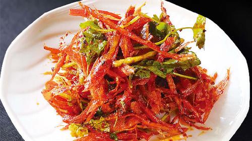 凉菜:凉拌明太鱼,凉拌桔梗,木耳炝牛肉,北朝辣白菜 热菜:韩式煎鳕鱼图片
