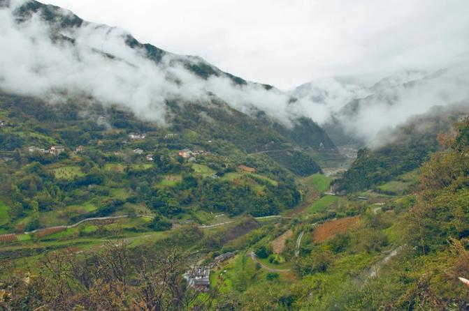 距县城约50公里,海拔3000米左右神木垒原生态风景区位于宝兴硗碛(qiā
