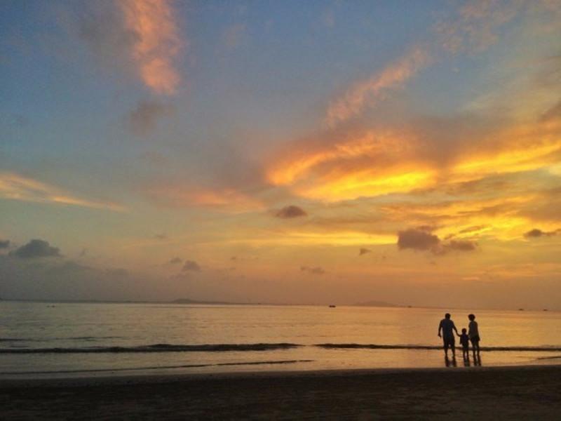 日落后的天空色彩更美更丰富.