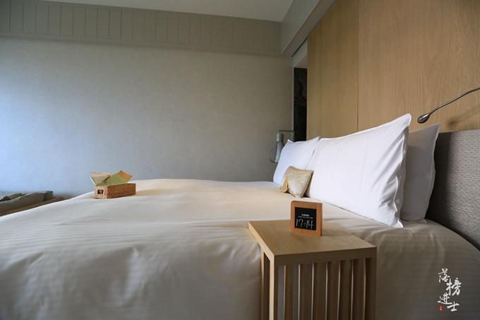 房间中的浴室,在浴缸的上面还有一扇天窗,在夜晚的时候可以拉开天窗看