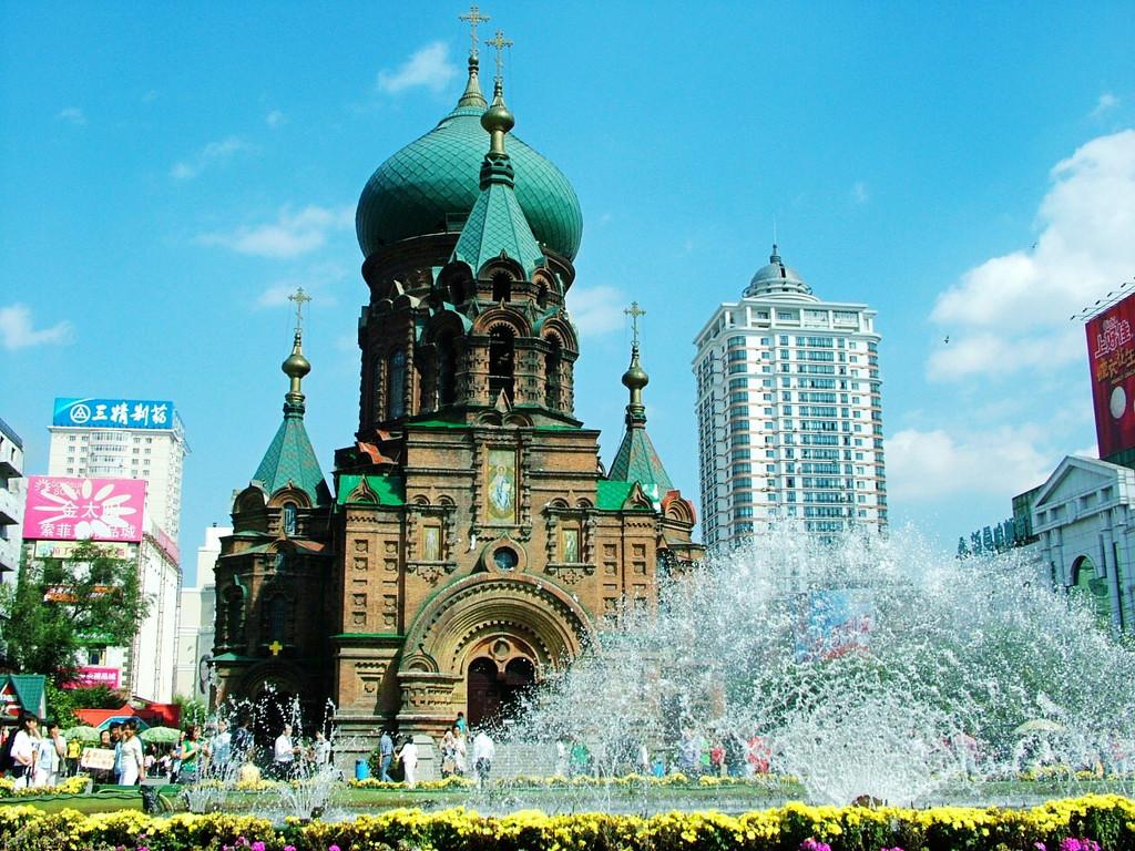 """去""""哈尔滨,漫步在百年老街,欣赏欧式建筑;畅游在冰雪大世界,赏冰灯,看"""