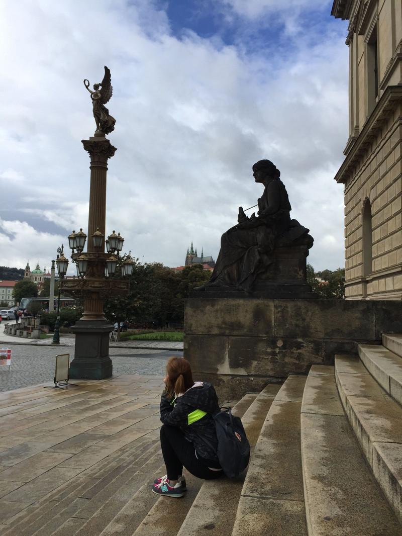 鲁道夫高台,徐静蕾在电影中坐过的宫前阶.愚人节电影爱奇艺图片