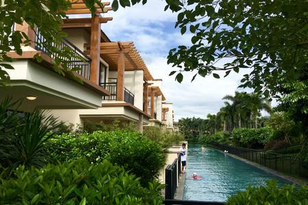 温泉微庄园及温泉别墅区三大部分,并将无边际泳池带入这里,与宝墩湖交