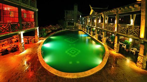 明仕山庄夜晚的泳池