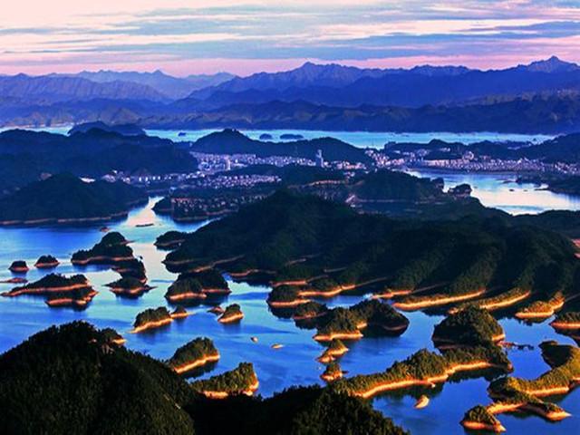 千岛湖,位于浙江省淳安县境内,是1959年我国建造的第一座自行设计