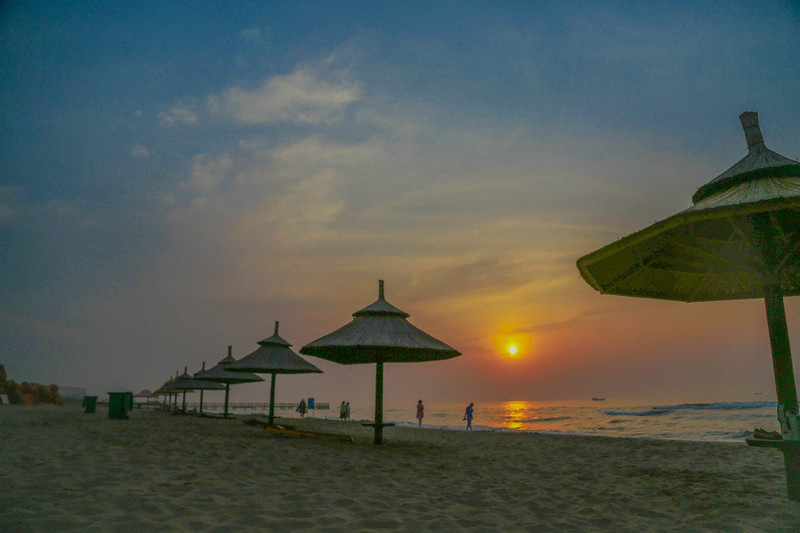 早上的大海,宁静旷远,沿着海岸线漫步