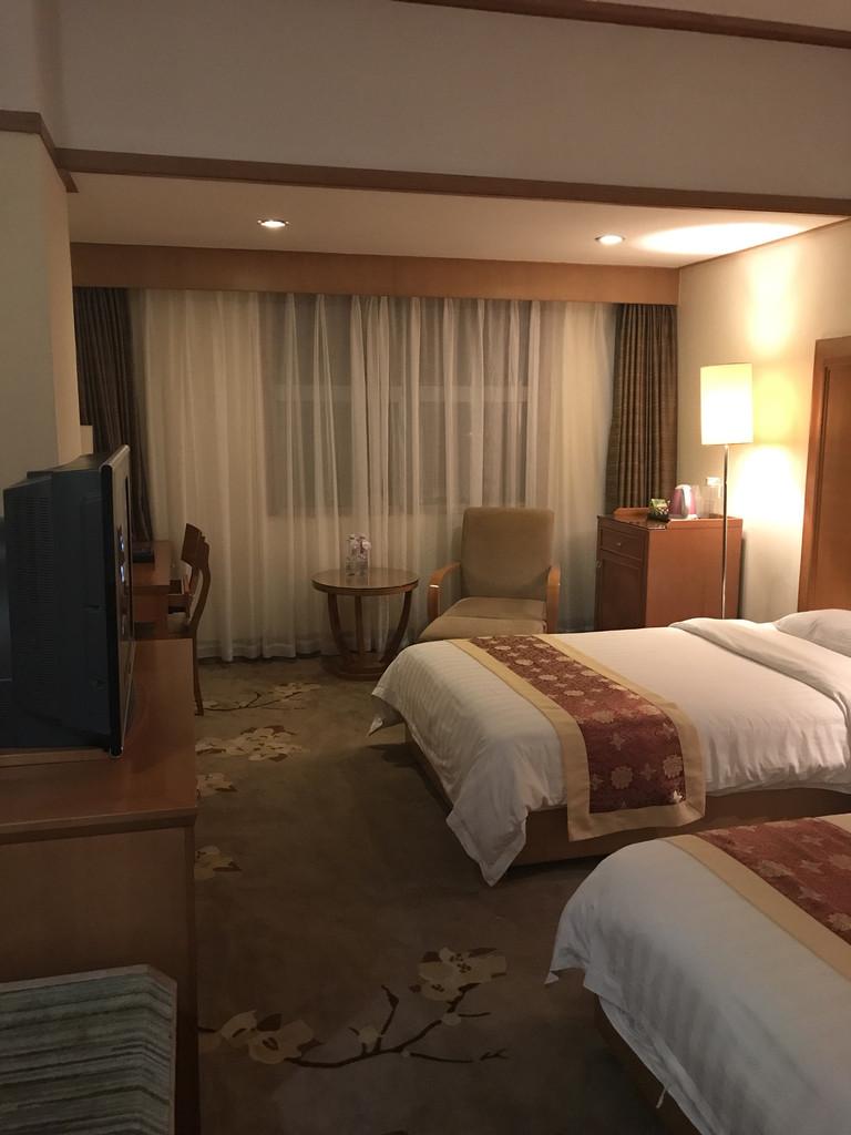 海口金银岛酒店是由上市公司海南高速投资、海南金银岛酒店管理公司管理的一家酒店。酒店地理位置优越,交通便利,到家乐福、第一百货、DC商业城、明珠广场等仅需步行10至20分钟,到美兰机场也仅需20分钟车程,入店可将海口新城中心面貌尽收眼底。 海口金银岛酒店倡导适应环境、挑战自我,苦练内功、展示美好,学田螺姑娘,让客人感受惊喜的螺文化服务理念。在部分客房中,引入智能化服务系统、多媒体宽带网等,并配置了相关的办公设施,用心为您商务活动的成功,争取宝贵的时间。