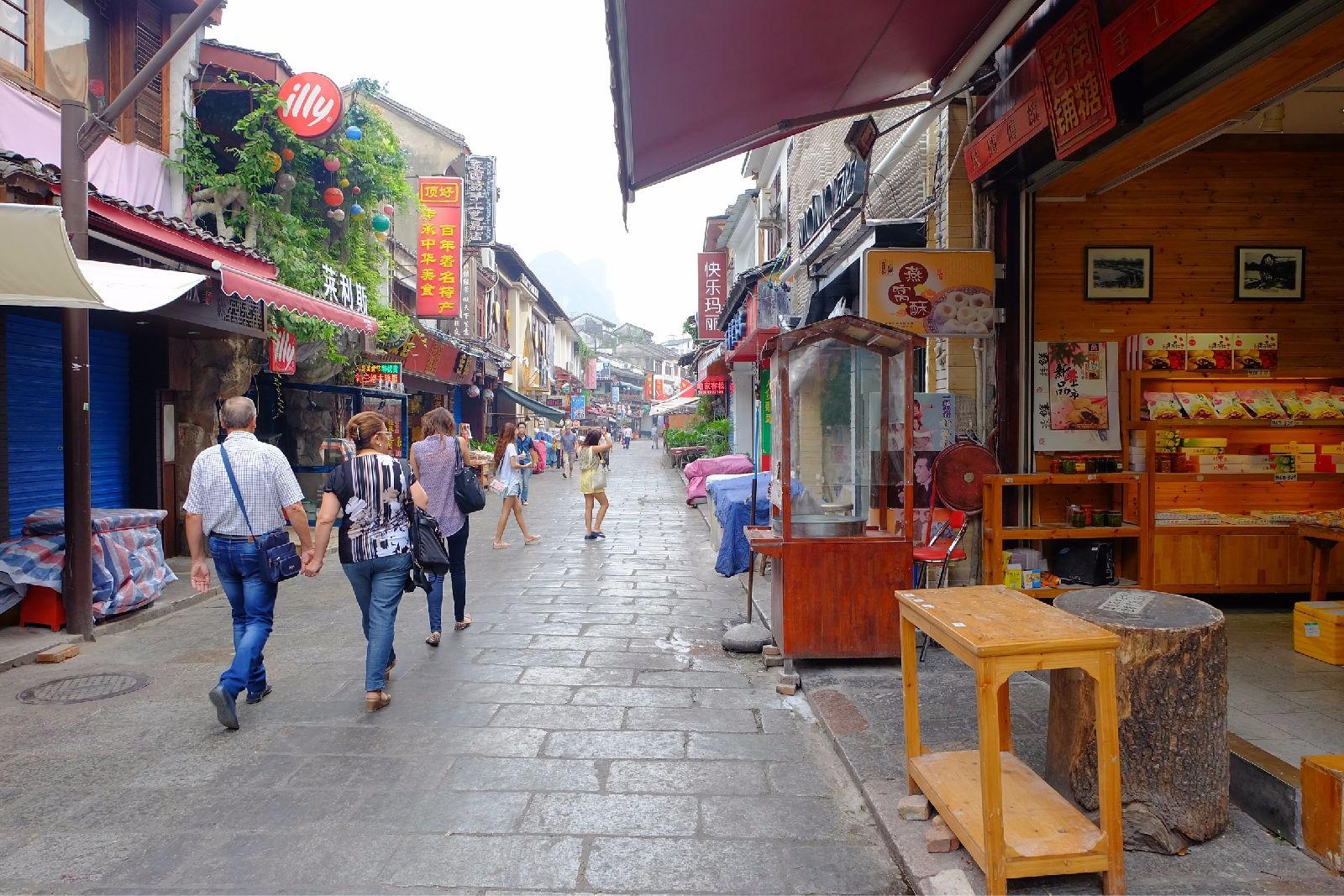 被戏称为洋人街的阳朔西街