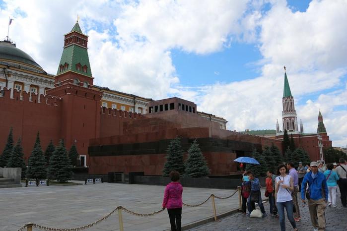 列宁墓位于红场西南方,初建时为木结构,1930年改用石建.