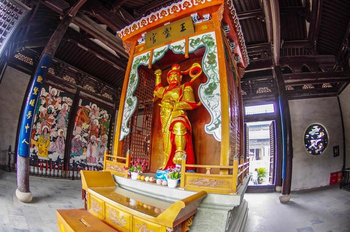 整个建筑群体由弥罗阁,东岳殿,城隍殿,雷震殿,三清殿以及灶神行宫构成