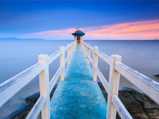 还能在海上近距离欣赏长达500多米的情人堤以及白色灯塔,更可远望观赏