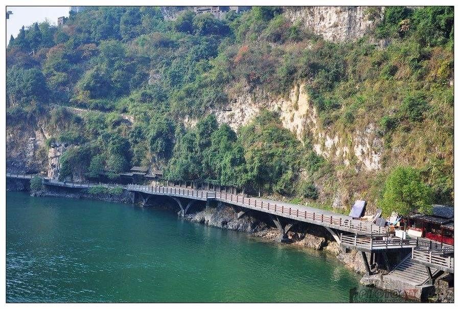"""""""長江三峽---夔門""""是第五套人民幣10元紙幣背面的風景圖案."""