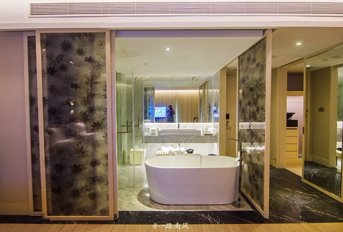 浴室和洗手间为开放式设计,可以通过外部的移动屏风转换成开放或闭合图片