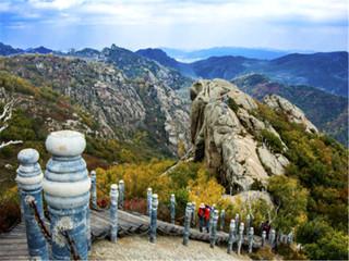 白石山玻璃栈道是国内最长最宽 海拔最高的悬空玻璃栈道,附近的景点