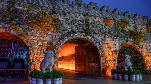 夜晚的中国桂林靖江王城的明代城墙和城门
