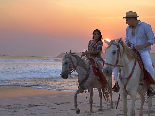 <毛里求斯莫纳山骑马体验+七色土+夏玛尔朗姆酒庄一日游【海滩骑马+朗姆酒园+美食品酒】>
