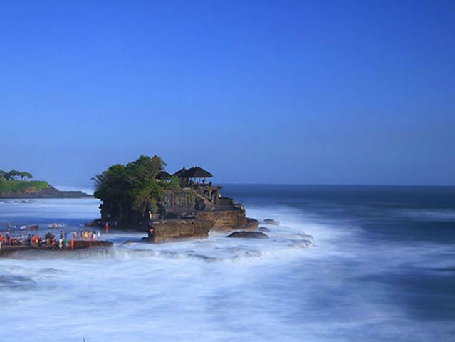 早上9点,从码头出发,搭乘游艇,前往巴厘岛最纯净的【蓝梦岛】!只要短短30分钟,航行于湛蓝色的海面上,窗外不断快速掠过的景物,带走您一切烦心俗事,体验一下不同的巴里岛风情~蓝梦岛天堂海沙滩俱乐部拥有天然的海湾,洁白的沙滩,面对着迷人的蓝蓝大海.优势的地理位置浪漫的气息,让人感到轻松自在!