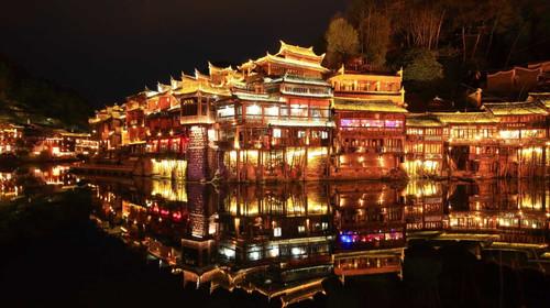 中国 湖南 湘西 凤凰古城 少数民族 土家族 苗族 吊脚楼 白天 游船 青山绿水