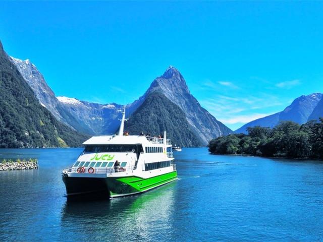 <米尔福德峡湾游船巡航一日游>(玻璃顶巴士+午餐+皇后镇或蒂阿瑙往返)