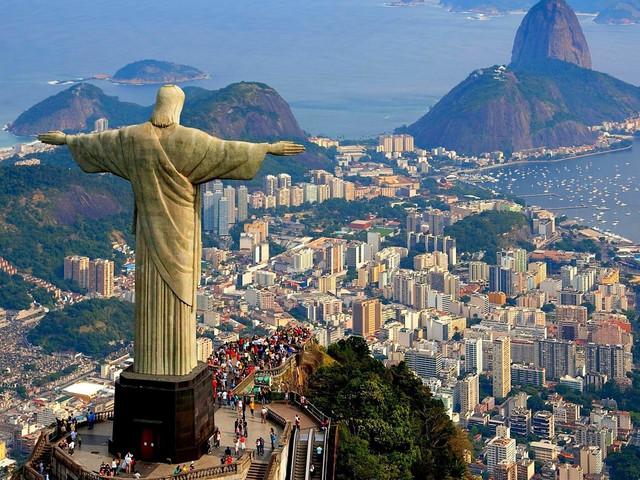 早上抵达里约。酒店外早餐,后游览前往耶稣山。此基督像高七十米,宽四十米,重量超过两百吨;为纪念巴西独立运动成功而建,几乎是不论何时、何地都能从里约市一眼望见,为里约象征。同高耸入云的耶稣伸手像合影留念后,远观十六公里尼特罗伊跨海大桥。参观里约天梯造型大教堂,参观塞勒隆阶梯,从1990年开始,智利艺术家乔治塞勒隆用从60个国家搜集来的五颜六色的瓷砖、陶片和镜子铺成了一条250级的台阶,这个室外阶梯连接着里约热内卢的拉帕和圣特雷街区。这做台阶是来到里约非常著名的摄影景点,美国国家地理频道、花花公子杂志,还有许