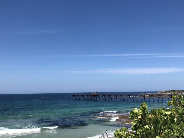 <悉尼中央海岸+凯瑟琳湾+洞穴海滩+鹈鹕+网红长栈桥+沃伊小镇一日游【打卡旅拍|10人小团奔驰】>