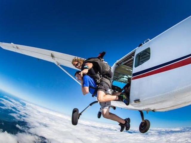 <凯恩斯美神滩海景高空跳伞(白色沙滩降落)>