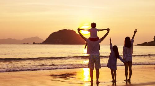 快乐家庭在海边奔跑