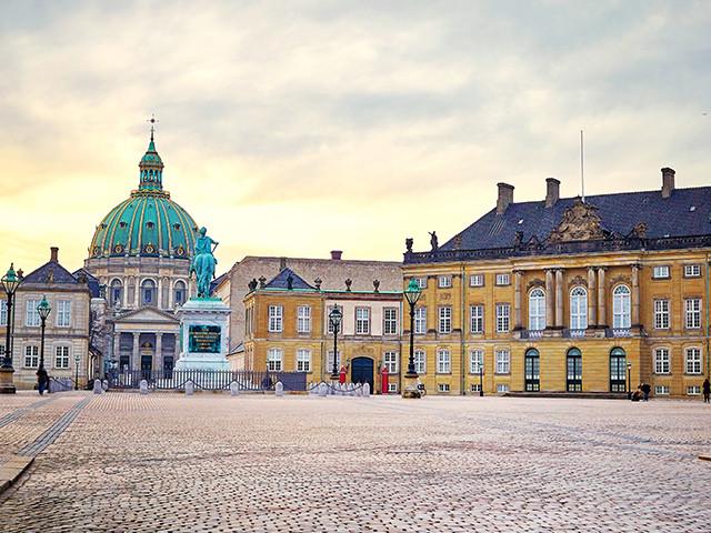 <丹麦哥本哈根  市区+北西兰岛一日游>哥本哈根集散、小美人鱼、阿美琳堡宫、克伦堡宫、 安徒生铜像、新港、琥珀博物馆