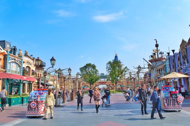 是上海迪士尼乐园的标志性景点,蓝天白云下,塔尖高耸入云,城堡宏伟