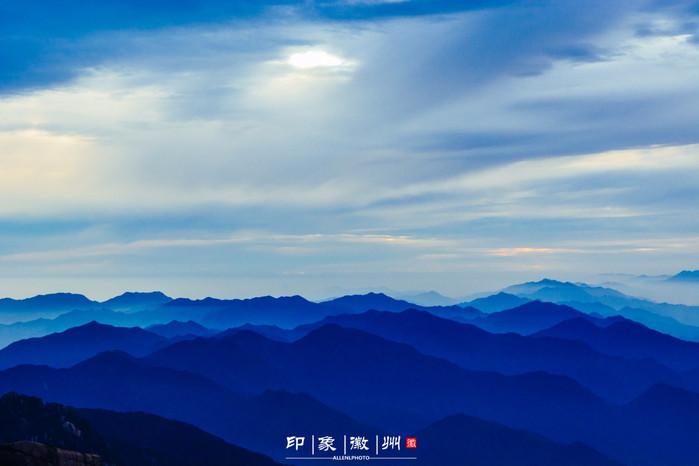 群山勾勒出雄偉粗獷的線條,充滿陽剛之美,遠方散下的余暉,為這樣的