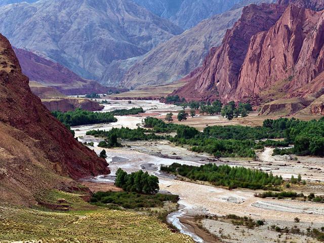 <甘肃黑河峡谷+青海八一冰川2日自驾穿越导航路线>从海拔仅有1800米的加木沟口奔腾而出,在祁连山区造就了一个神秘的峡谷地带