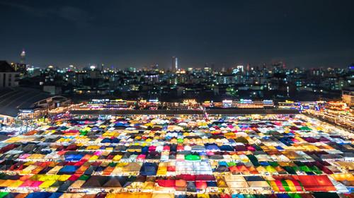 泰國曼谷拉差達火車夜市高視角