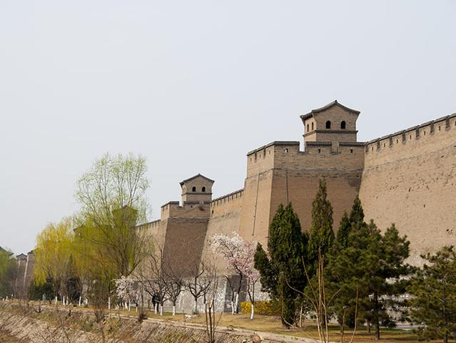 <山西平遥古城+王家大院+张壁古堡2日自驾导航路线>平遥城墙总周长6163米,墙高约12米,把面积约2.25平方公里的平遥县城一隔为两个风格迥异的世界