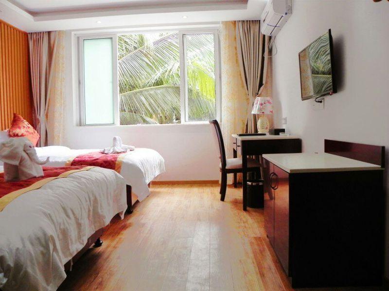 酒店位于三亚湾海坡旅游度假区,北距凤凰机场15分车程,南望美丽西岛