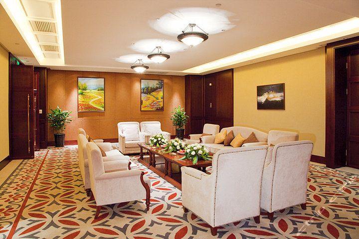 全欧式风格客房,走廊采用单廊设计,穹顶尽显豪华气派,透过拱形的