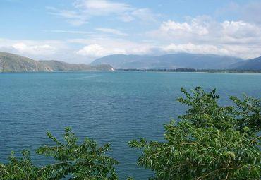 茈碧湖宽阔水面