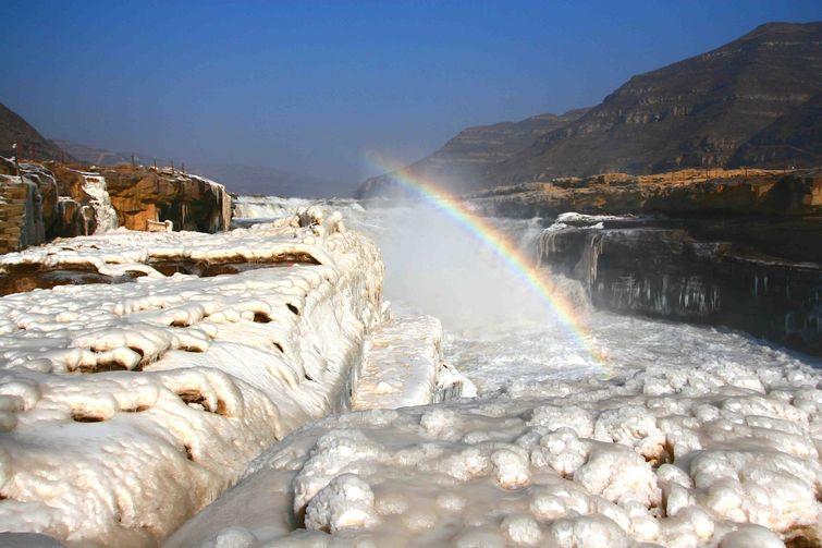 临汾壶口瀑布是黄河上唯一的黄色大瀑布,也是中国的第二大瀑布,号称黄河奇观。以壶口瀑布为中心的风景区,集黄河峡谷、黄土高原、古塬村寨为一体,展现了黄河流域的自然景观和丰富的历史文化积淀。1988年被确定为中国国家重点风景名胜区。1991年被评为中国旅游胜地四十佳。2002年,晋升为国家地质公园。