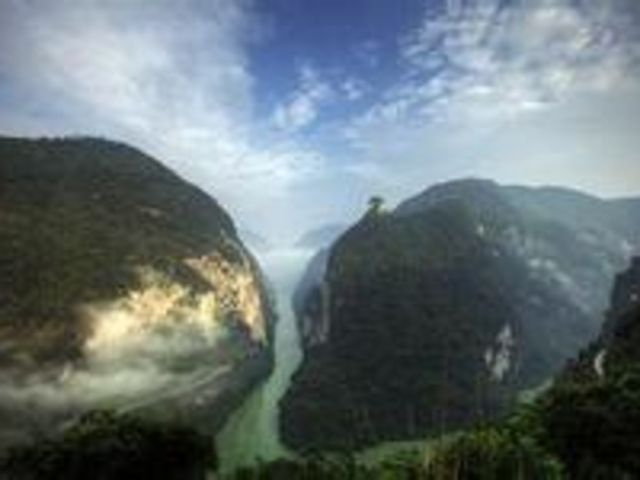 坪坝营鸡公山 四洞峡1日游 含门票车费导服 市内免费接送 让原始森林的绿色治愈你的肺