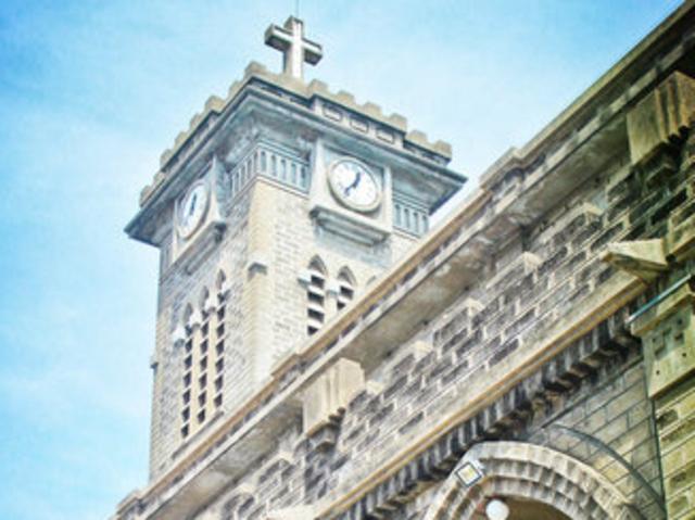 距今已经快有百年的历史了,芽庄教堂是典型的哥特式建筑,高大的钟楼气图片